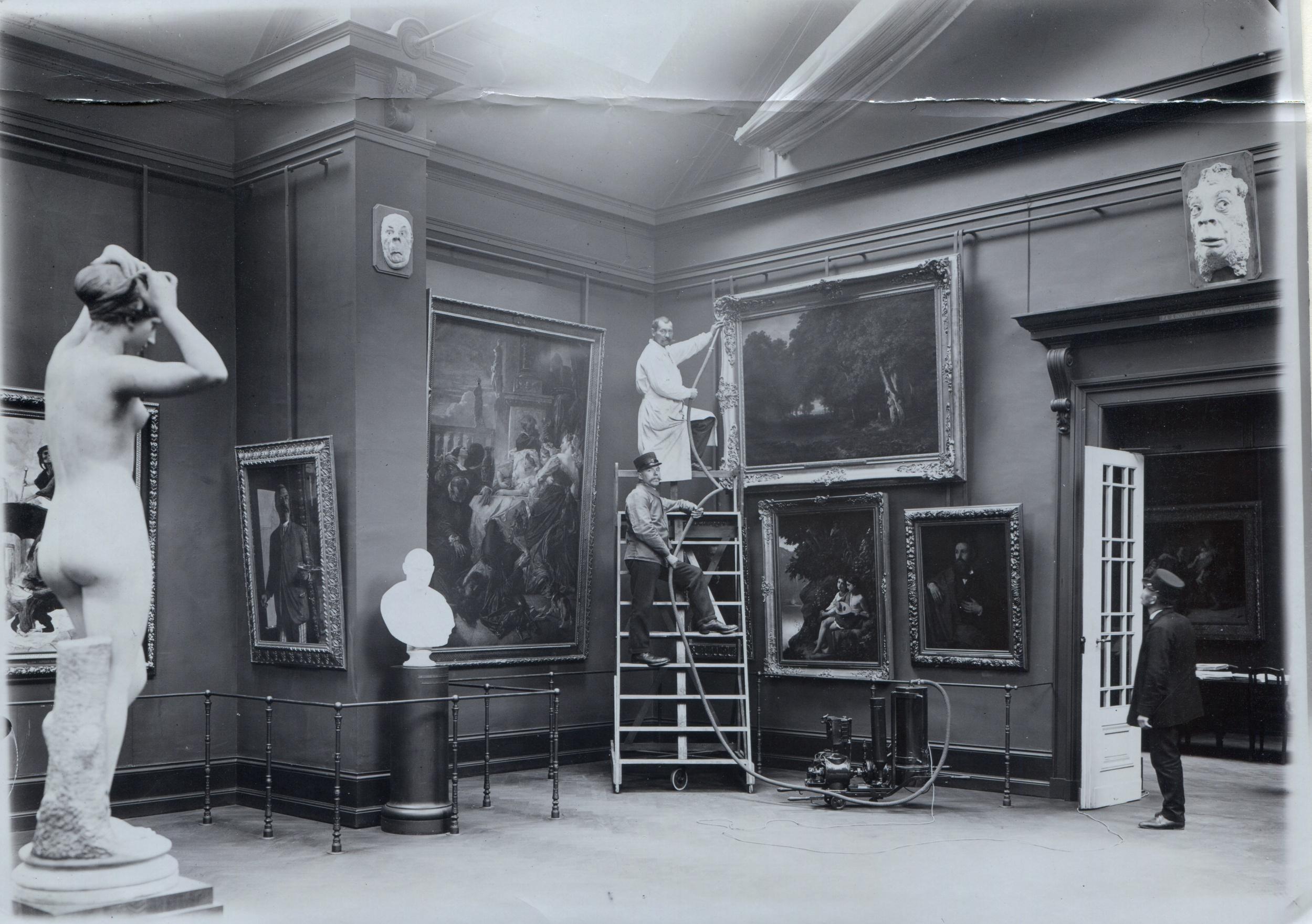 Blick in den Böcklin-Saal im Museum an der Augustinergasse im Jahr 1912.