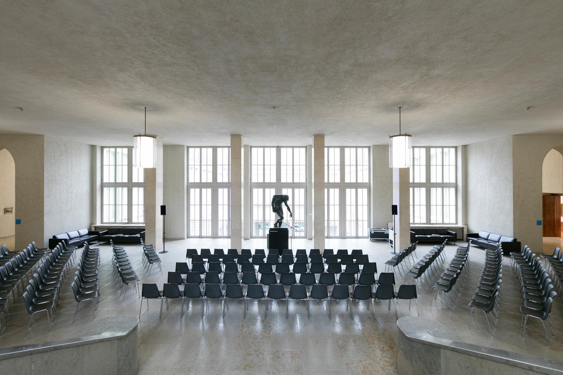 ...oder Vortrag - im Foyer im ersten Stock des Hauptbaus befinden Sie sich inmitten der Klassiker.